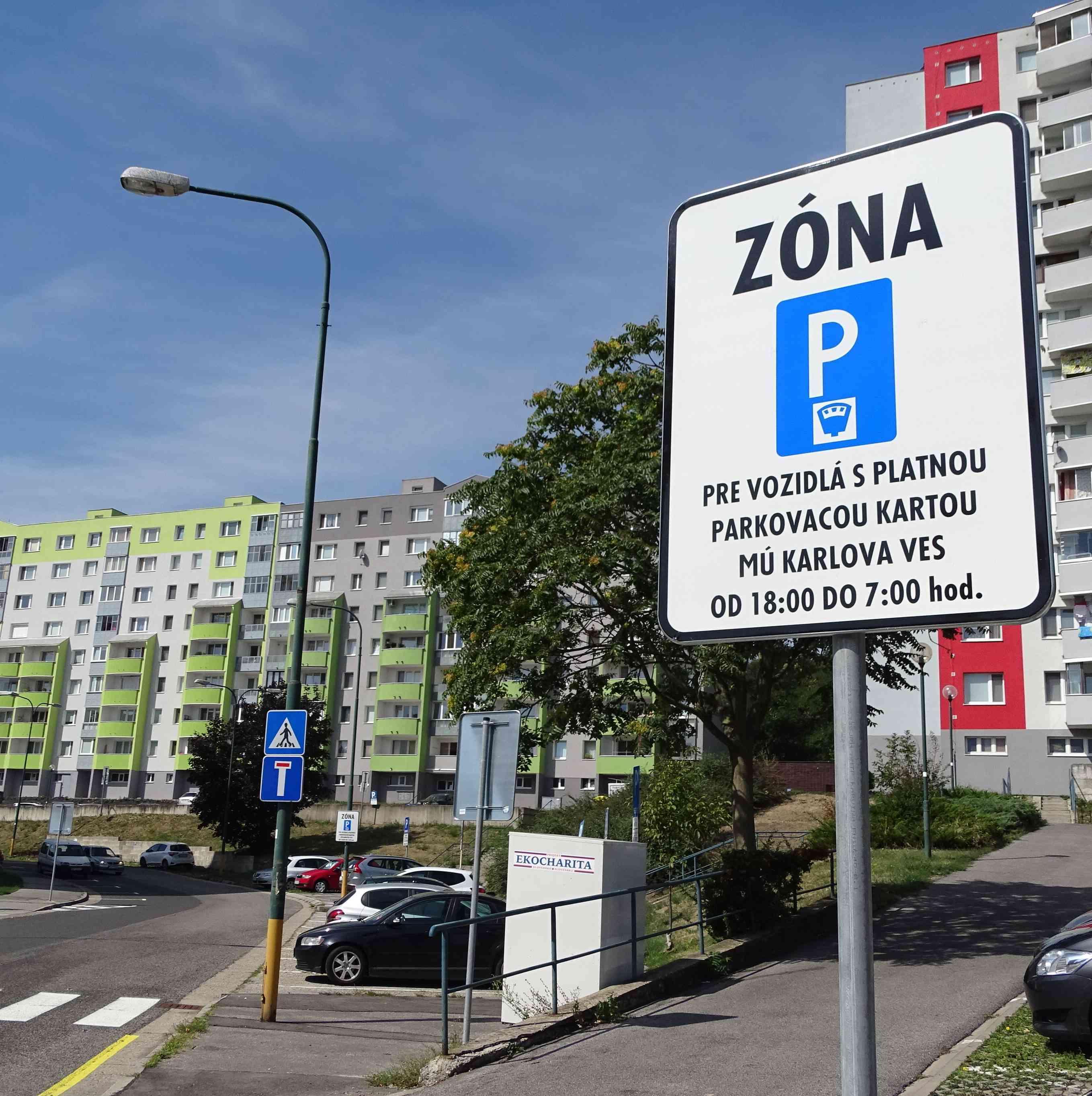 Rezidentské parkovanie v Karlovej Vsi pokračuje aj roku 2019