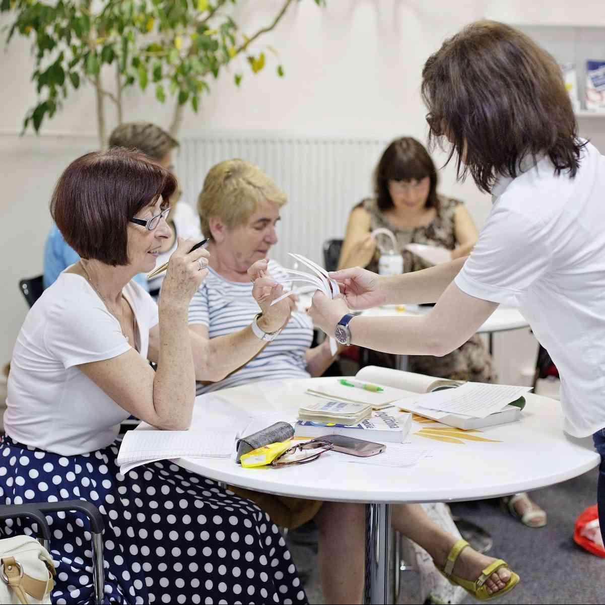 Jazykové kurzy pre seniorov pokračujú